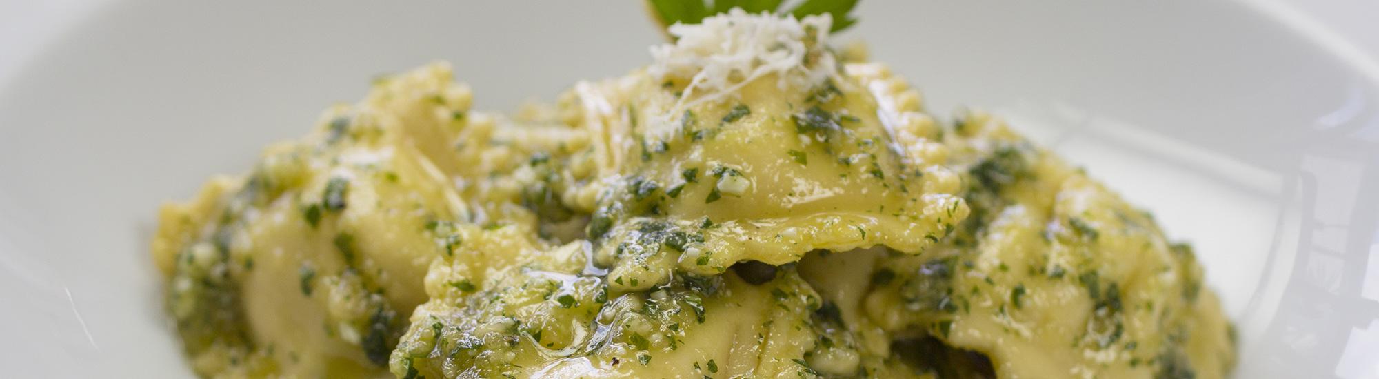 ricetta Ravioloni ricotta e spinaci al pesto di pistacchi con pasta fresca