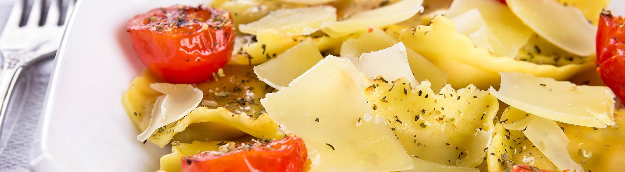 ricetta Ravioloni con pomodorini confit e scaglie di parmigiano con pasta fresca