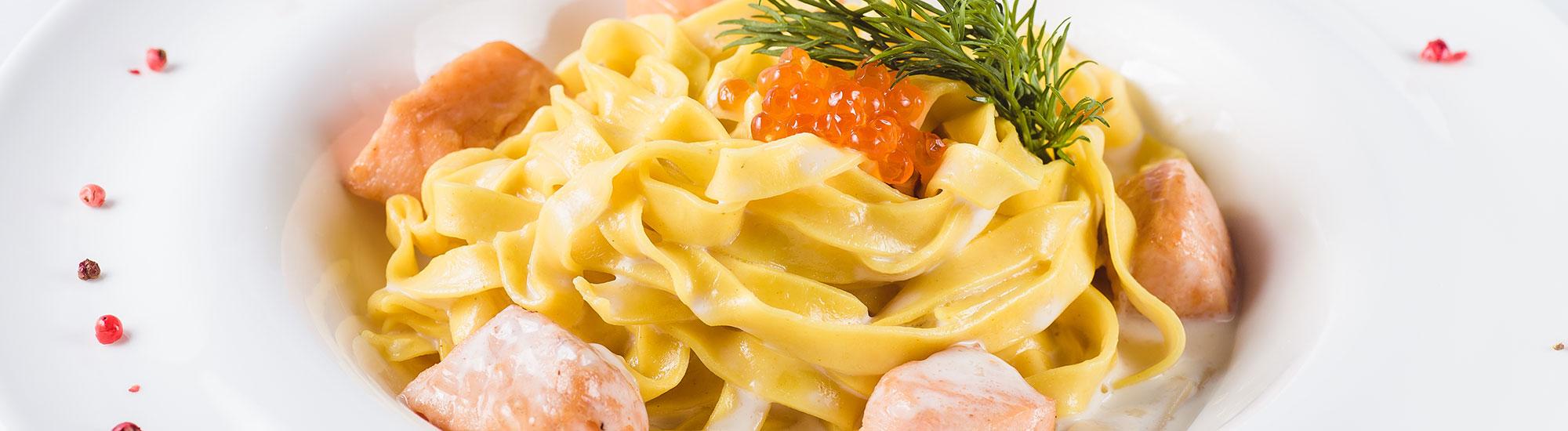 ricetta Tagliatelle con cubetti di salmone, crema al peperoncino e caviale rosso con pasta fresca