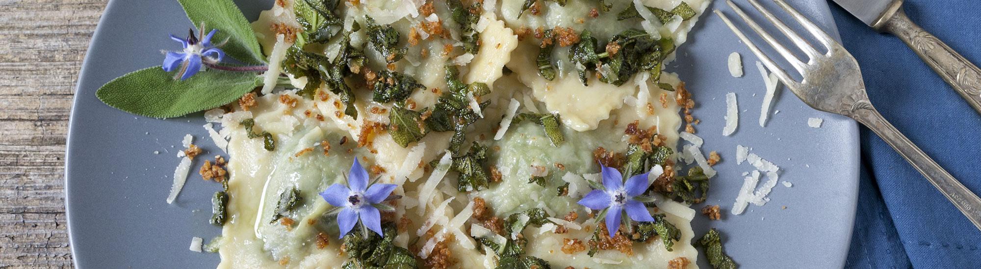 ricetta Ravioloni con borragine e cipolla croccante con pasta fresca
