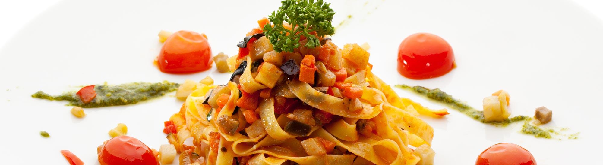 ricetta Tagliatelle vegetariane con pesto di rucola e pomodorini al forno con pasta fresca