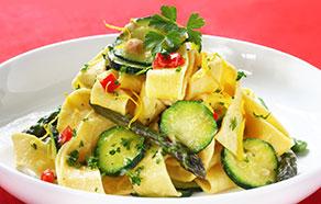 Pappardelle con zucchine, asparagi e peperoni