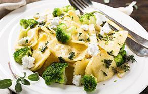 Ravioli con broccoli, caprino ed erbe