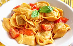 Tortelloni ai formaggi di Tremosine con pomodorini e basilico