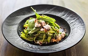 Tagliolini con pesto di pistacchi, spinaci e caprino