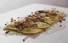 Tortelli alla zucca con salsa alla gricia e pepe rosa