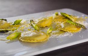 Medaglioni agli asparagi e pecorino con uovo grattugiato e burro al miele