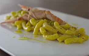 Maccheroncino risottato mantecato con crema di pistacchio di Bronte, zest di limone e scampo crudo
