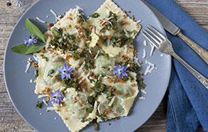 Ravioloni con borragine e cipolla croccante