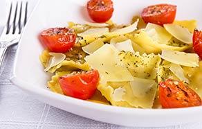 Ravioloni con pomodorini confit e scaglie di parmigiano