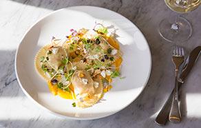 Ravioloni ricotta e spinaci con crema di peperoni