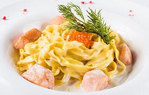 Tagliatelle con cubetti di salmone, crema al peperoncino e caviale rosso