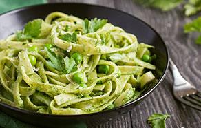 Tagliatelle con pesto di spinaci e piselli