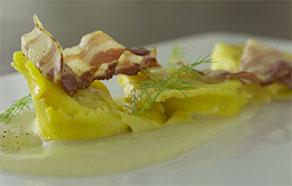 Tortelli alla formagella di Tremosine, vellutata al topinambur e bacon croccante