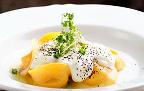 Tortellini con salsa di panna, basilico e tartufo nero