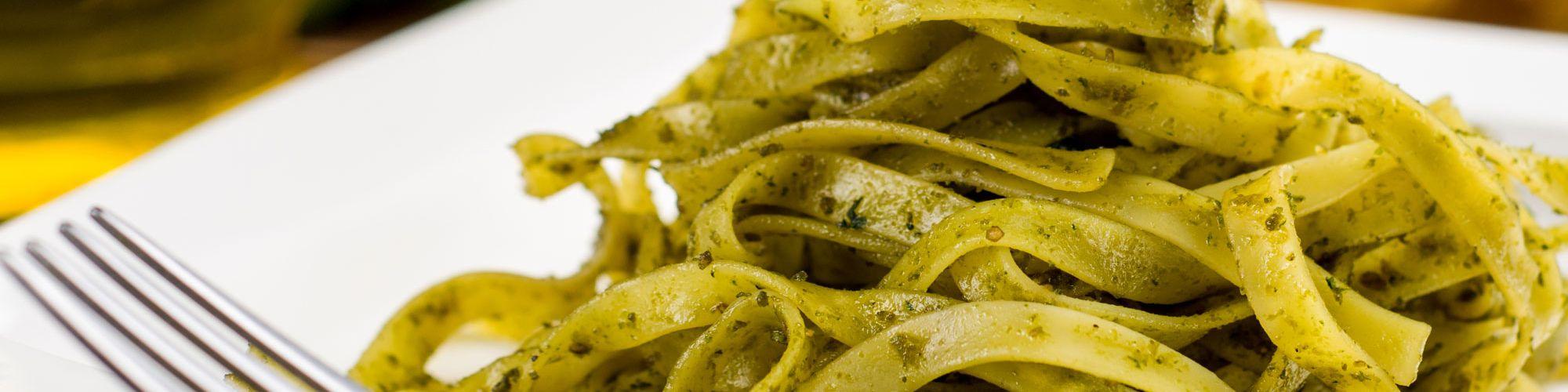 ricetta Tagliatelle al pesto di zucchine mandorle e menta con pasta fresca
