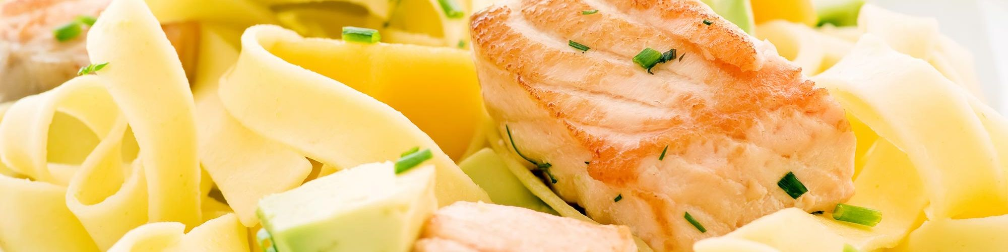 ricetta Tagliatelle al salmone e avocado con pasta fresca