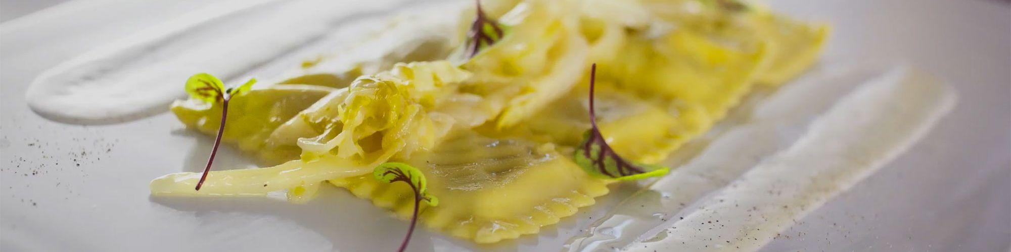 ricetta Ravioloni ai porcini, crema al taleggio e indivia belga brasata con pasta fresca