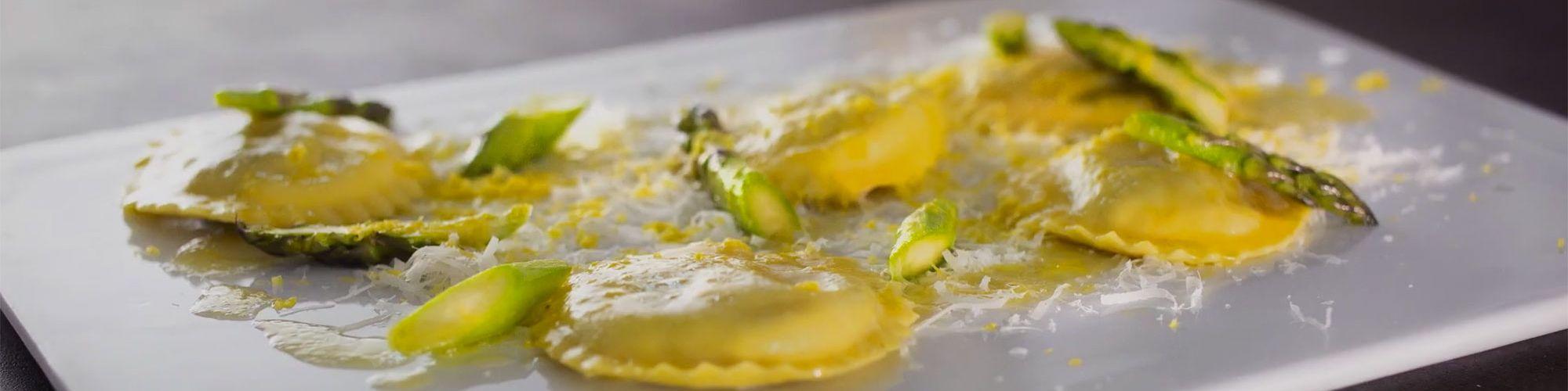 ricetta Medaglioni agli asparagi e pecorino con uovo grattugiato e burro al miele con pasta fresca