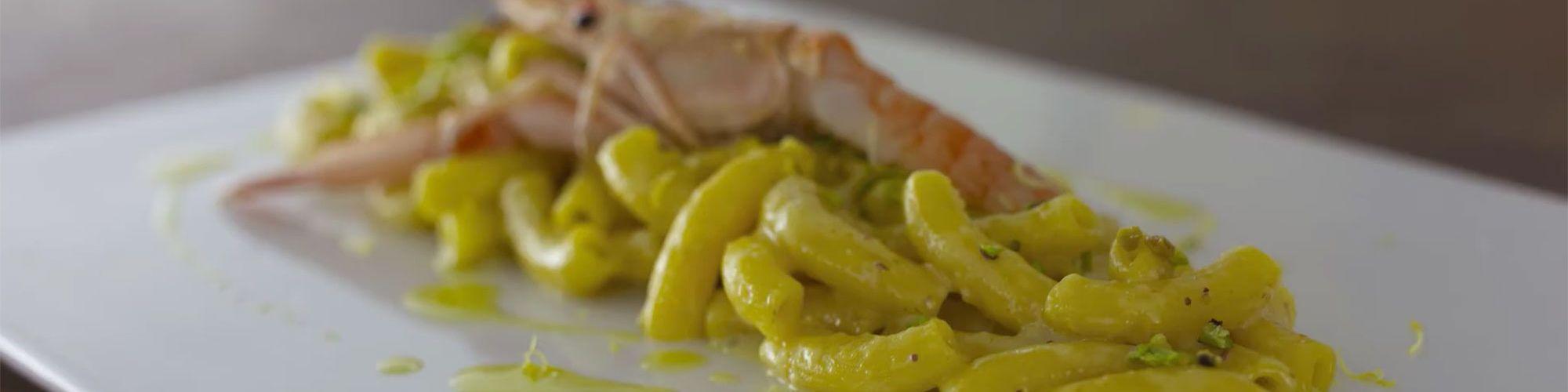 ricetta Maccheroncino risottato mantecato con crema di pistacchio di Bronte, zest di limone e scampo crudo con pasta fresca