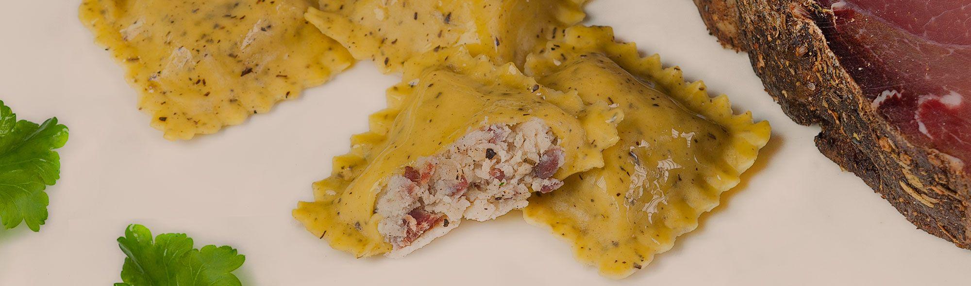 quadrotti di pasta fresca all'uovo con speck